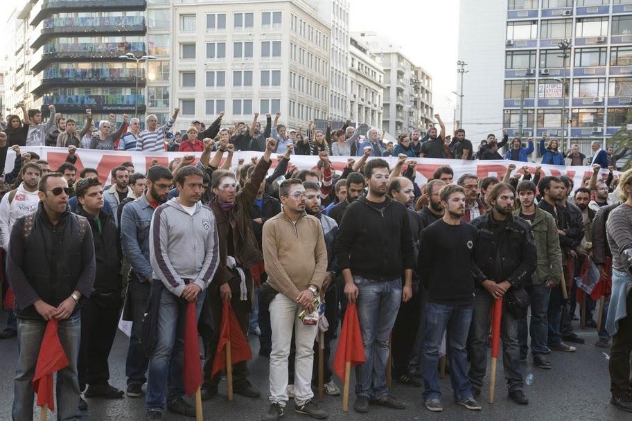 Силы ПАМЕ ушли с площади Синтагма на площадь Омония. Фотография момента объявления новости о смерти деятеля профсоюзного движения ПАМЕ, когда была объявлена минута молчания